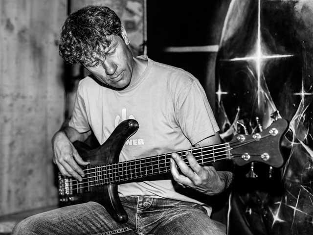 Yaël, bassite de Chabifonk Experience, explore sa nouvelle guitare