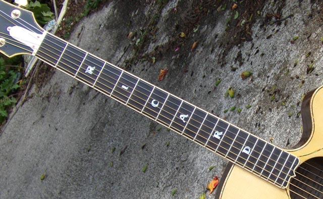 Customisation des touches sur un manche de guitare jumbo