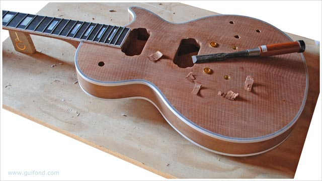 une guitare électrique en cours de fabrication